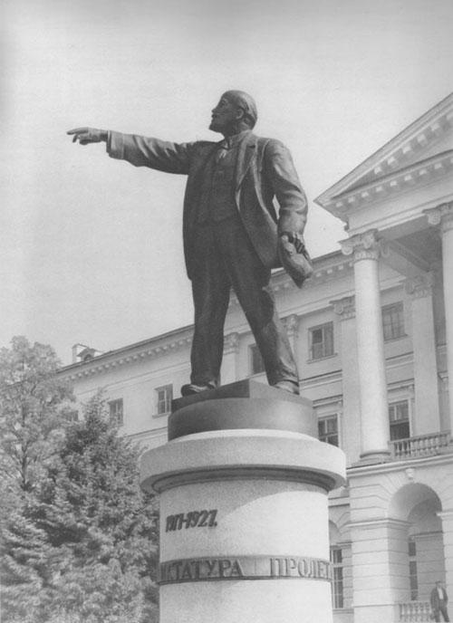 Памятник Ленину у Смольного (площадь Пролетарской Диктатуры). Ленинград