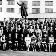 Памятник В.И. Ленину перед вторым корпусом НЭТИ/НГТУ. Новосибирск. Встреча второго выпуска РТФ  и ЭМФ  через двадцать лет (1979 г.)